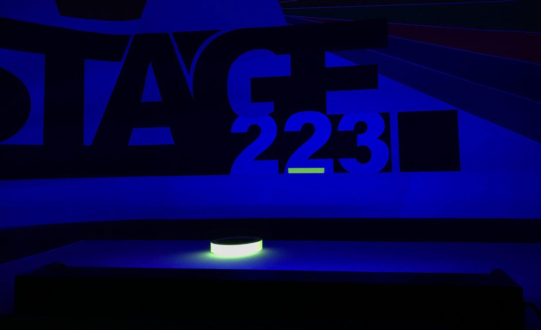 Mit der UV- Lampe von Satisfire wird Neontape zum peppigen Leuchten angeregt.