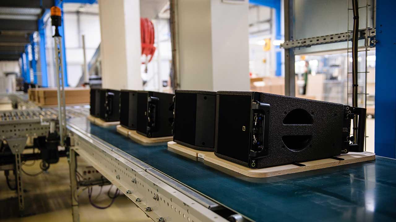 Fertigungslinie für Kara-Lautsprecher im L-Acoustics Werk in Marcoussis, Frankreich nahe Paris