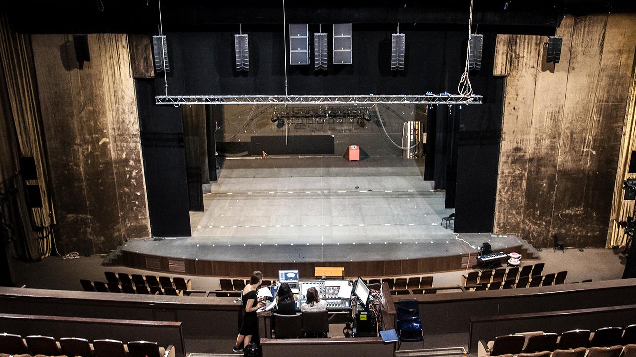 Die L-ISA Installation im Moskau Musical Theater umfasst fünf Arrays mit jeweils neun ultrakompakten Kiva II Modular-Line-Source-Elementen über die gesamte Bühnenbreite, die das L-ISA Scene-System bilden.