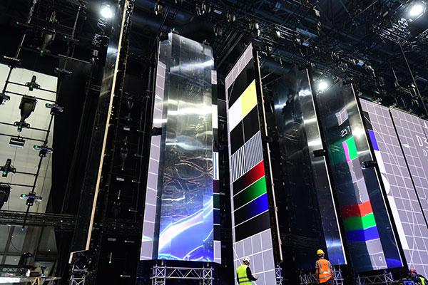©Ola Melzig Die Rückseite der LED Wände wird mit Spiegel ausgestattet. Diese können während der Show um 180 Grad gedreht werden.