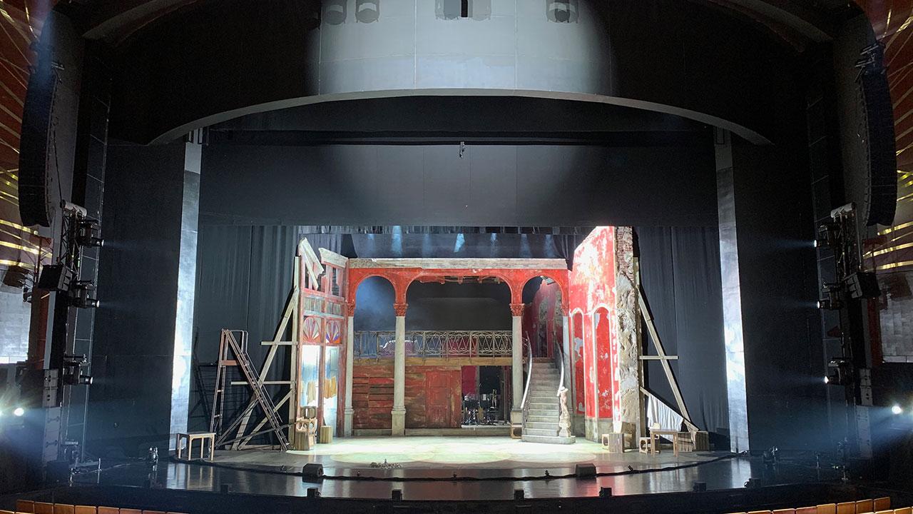 Blick auf die Bühne von Carmen La Cubana mit Kiva II als L/R-Hauptbeschallung und im Center.