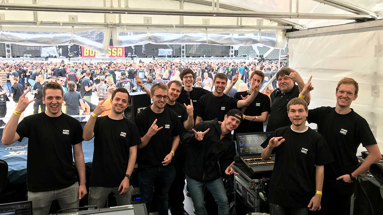 Lichtdesigners Rob Koenig durften einige Studenten der Beuth Hochschule für Technik in Berlin einen Blick hinter die Kulissen der aktuellen Metallica Stadion Tour werfen.