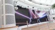 Blickpunkt im Beachclub die 41 Quadratmeter messende, aus Absen Modulen zusammengesetzte LED-Wand. In den Säulen links und rechts verbergen sich hinter akustisch transparenten Gittern leistungsstarke Seewasser resistente Line-Arrays von d&b audiotechnik. © Amptown System Company