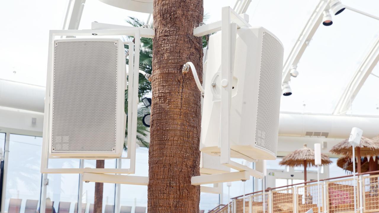 Im Beach Club wird die Lichttechnik bestehend aus Martin Professional und SGM Light Komponenten allen Outdoor-Ansprüchen, wie zum Beispiel hohe Luftfeuchtigkeit und starke Sonneneinstrahlung gerecht. © Amptown System Company