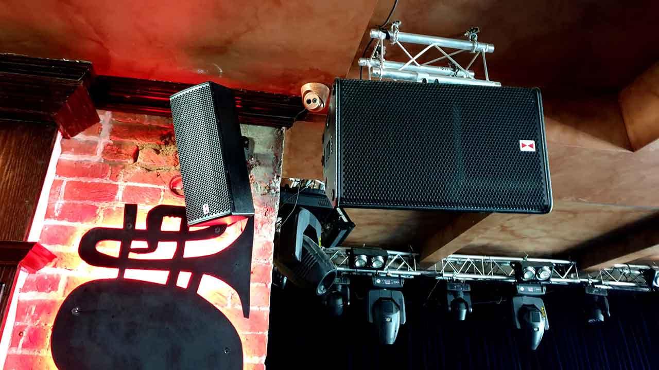 Ausgestattet mit Voice-Acoustic Lautsprechern, Kozlovs Club wurde zur Nummer 1 der Weltrangliste gewählt.