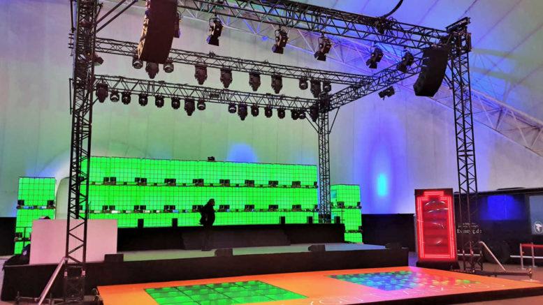 Innenraum WDL Luftschiffhalle, Bühne mit Groundsupport (Fotos: Aventem)