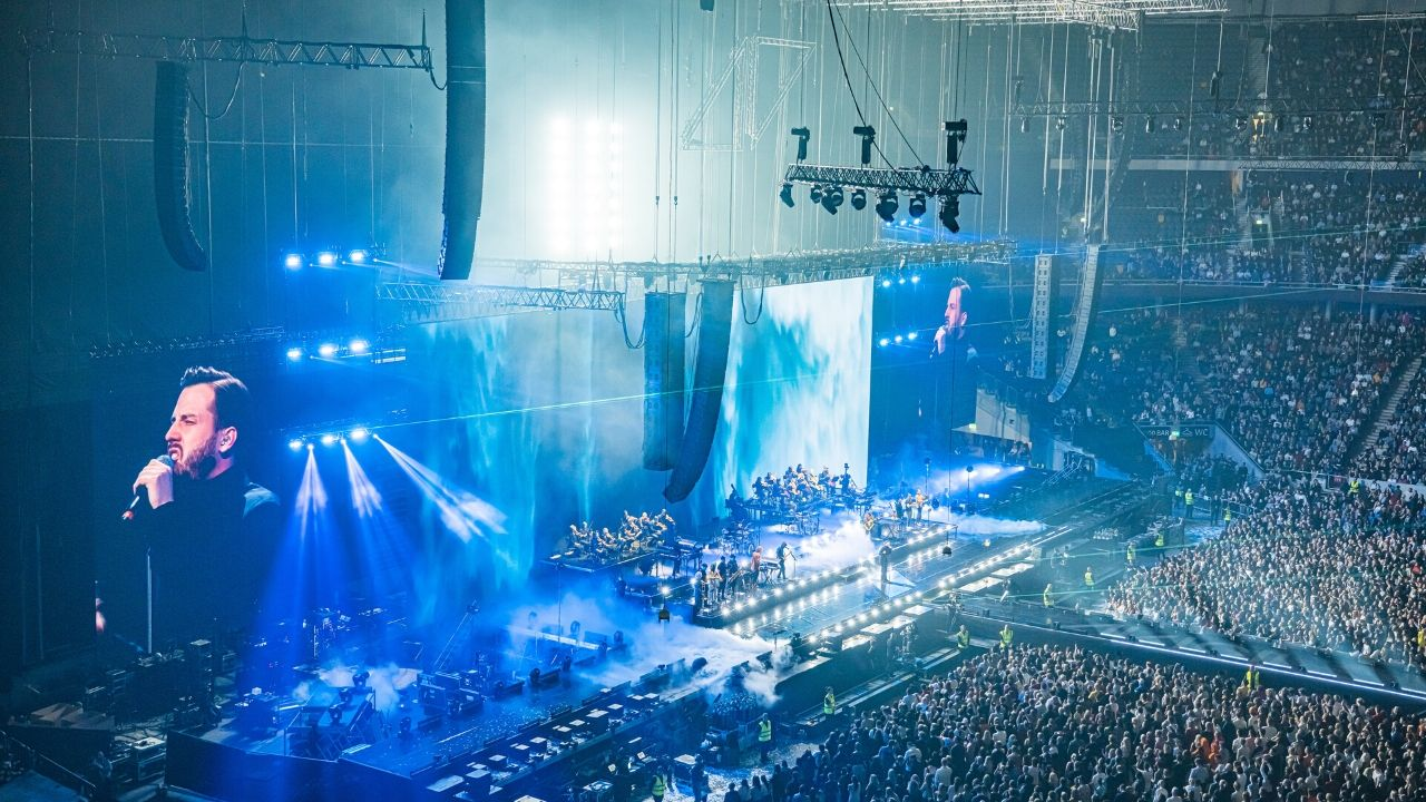 Paul Normandale beleuchtet DJs, Orchester, Chor und Gäste mit GLP Photo credit: Ralph Larmann