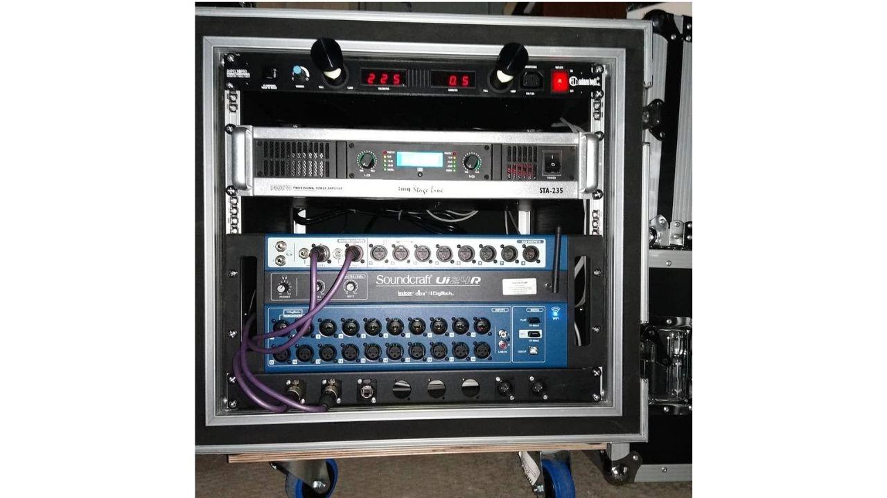 Im Rack eingebauter UI 24 R, ganz oben ein adam hall PCL 10 PRO Power Conditioner